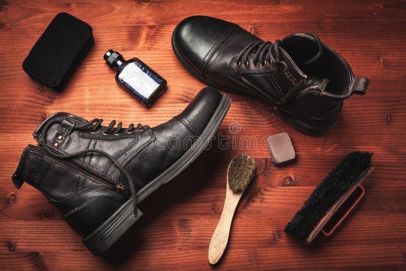 Nettoyage des bottes des hommes photo stock