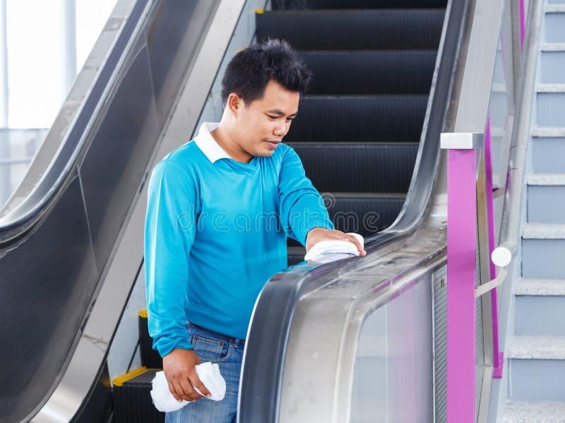 Nettoyage en caoutchouc de poignée d'escalators photo stock
