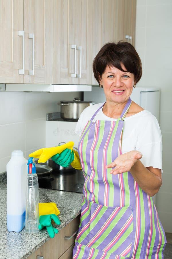 Nettoyage mûr de femme photographie stock