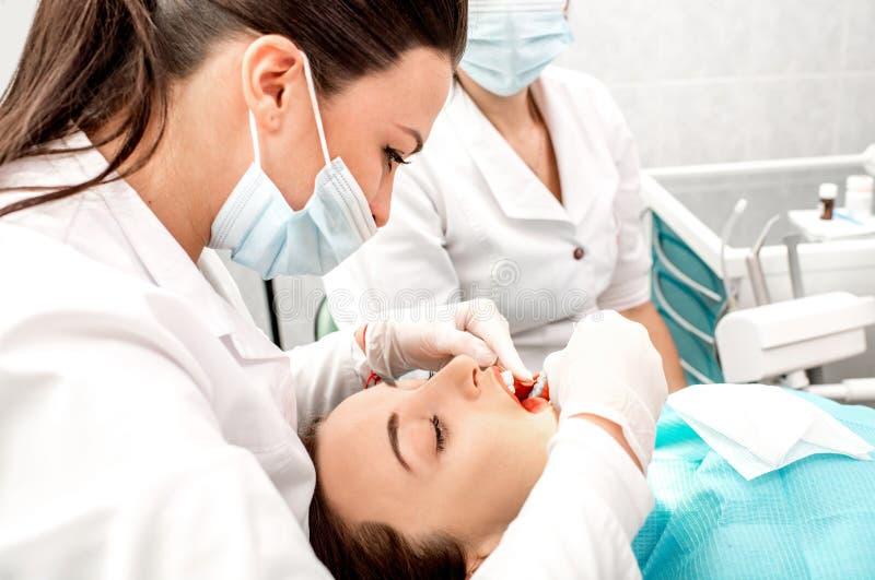 Nettoyage professionnel de dents images libres de droits
