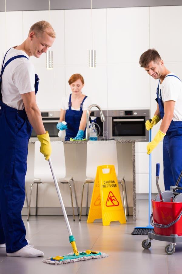 Nettoyage professionnel de la cuisine photo libre de droits