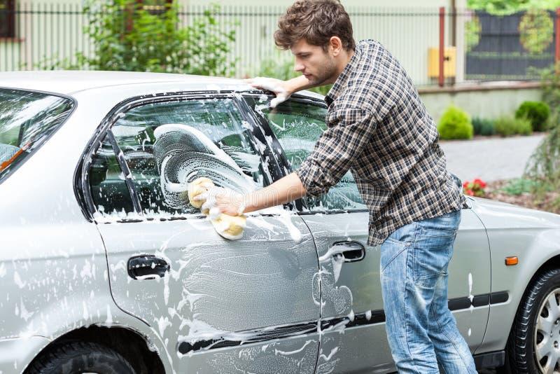 Nettoyage professionnel de voiture images stock