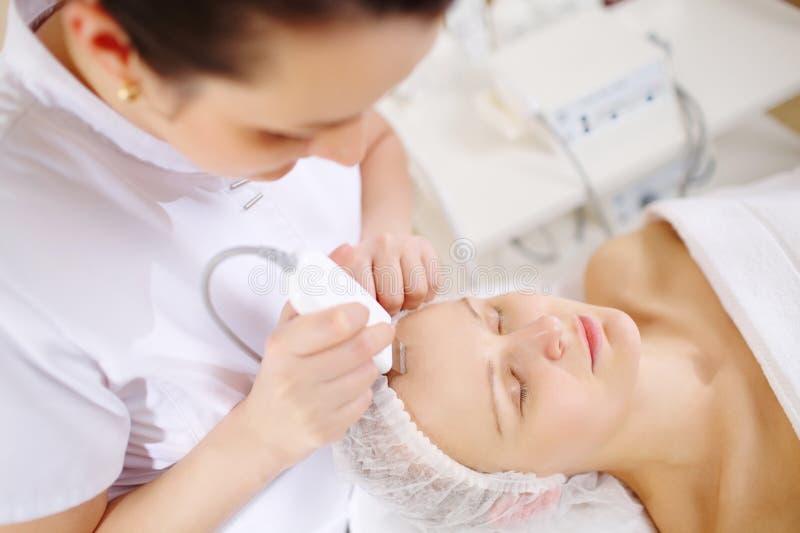 Nettoyage ultrasonique de visage à la station thermale de beauté photo libre de droits