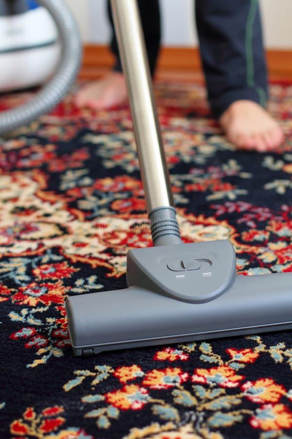 Nettoyer à l'aspirateur le tapis images libres de droits