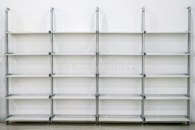 Nettoyer l'étagère rectangle moderne en l'adaptant à la paroi blanche photos libres de droits