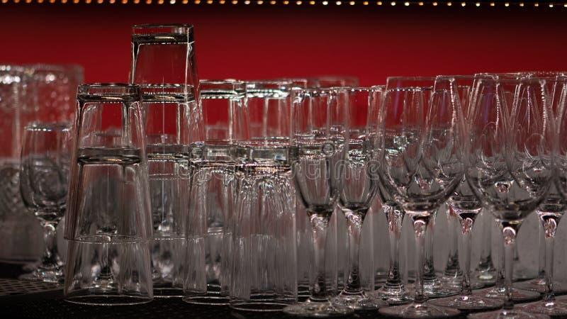 Nettoyer les verres alignés dans un bar images libres de droits
