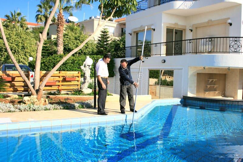 Nettoyeur et propriétaire de piscine photo libre de droits