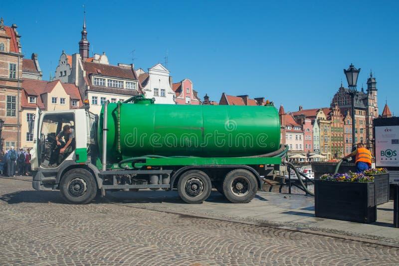 Nettoyez à l'aspirateur le camion-citerne aspirateur dans la vieille ville à Danzig photographie stock