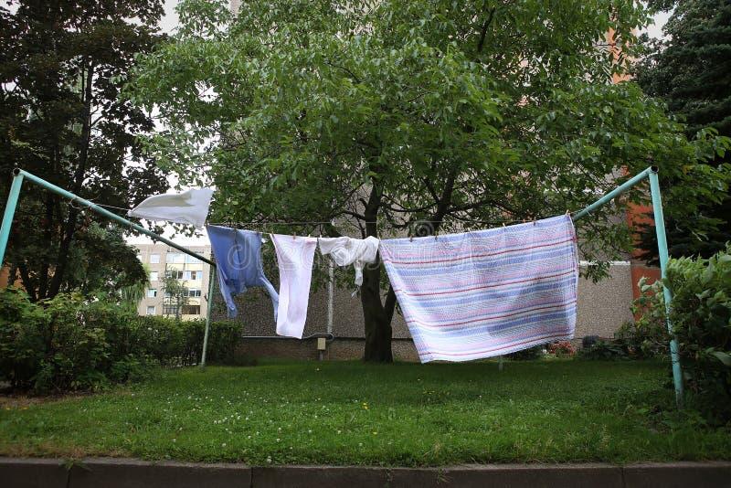 Nettoyez accrocher de lavage sur la corde à linge accrochée dans la cour photographie stock