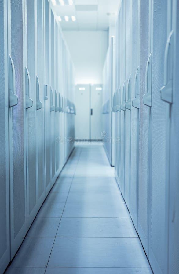 Nettoyez l'intérieur industriel d'une salle de serveur photos stock
