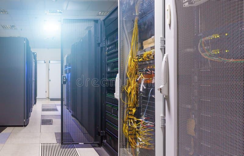 Nettoyez l'intérieur industriel de la pièce de serveur avec des serveurs image stock