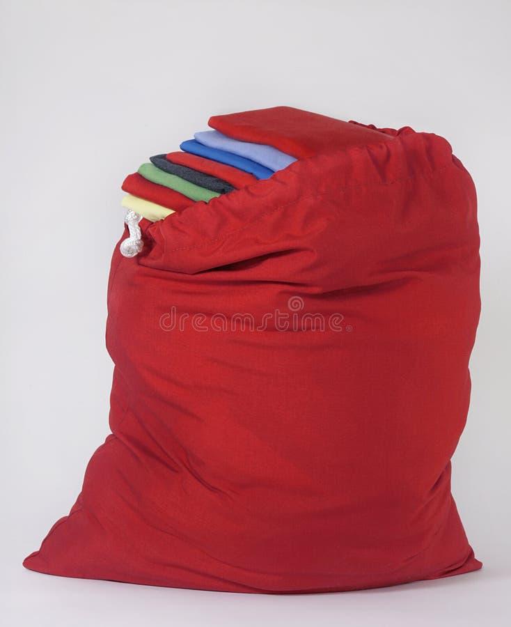 Nettoyez la blanchisserie dans le sac rouge photo stock