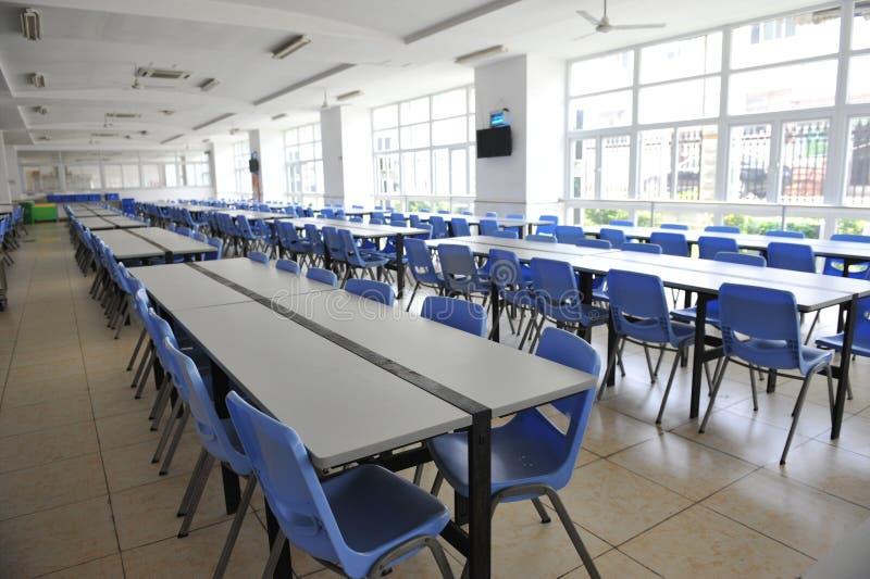 Nettoyez la cafétéria de l'école images libres de droits