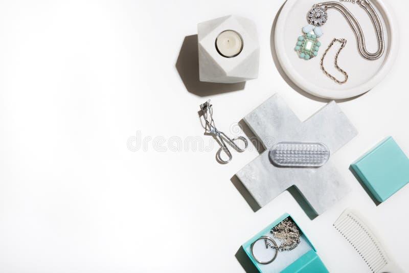 Nettoyez la configuration croquante d'appartement de blanc et d'aqua des produits de beauté photos libres de droits