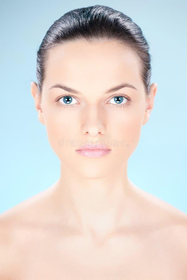 Nettoyez la femme de peau image stock