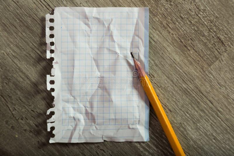Nettoyez la feuille chiffonnée avec le crayon photo stock