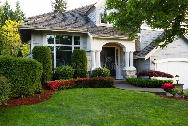 Nettoyez la maison extérieure pendant le printemps en retard photographie stock