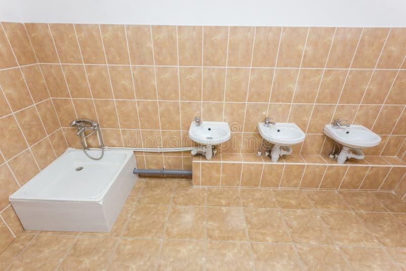 nettoyez la salle de toilette d 39 enfants avec des viers et l 39 eau cabinet dans le jardin d. Black Bedroom Furniture Sets. Home Design Ideas