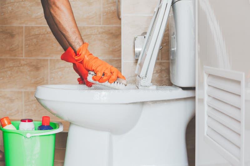 Nettoyez la toilette photographie stock libre de droits