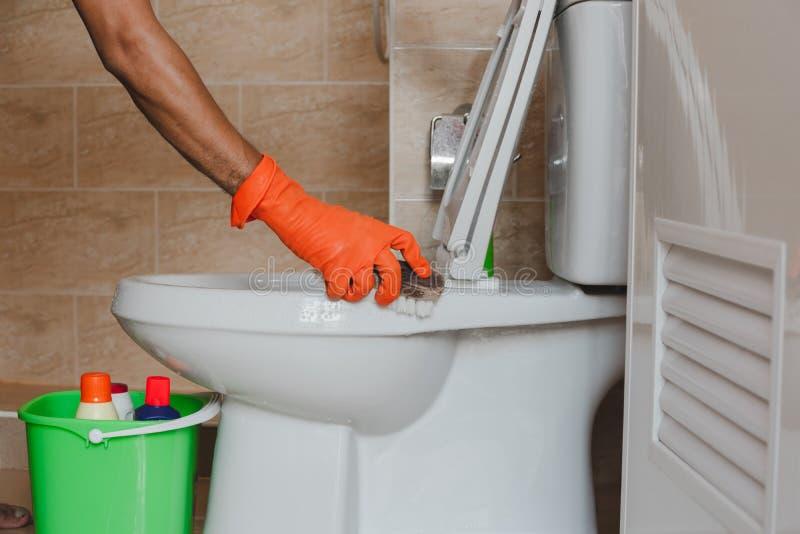 Nettoyez la toilette images stock