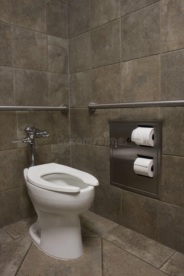 Nettoyez la toilette blanche dans des toilettes publiques images libres de droits