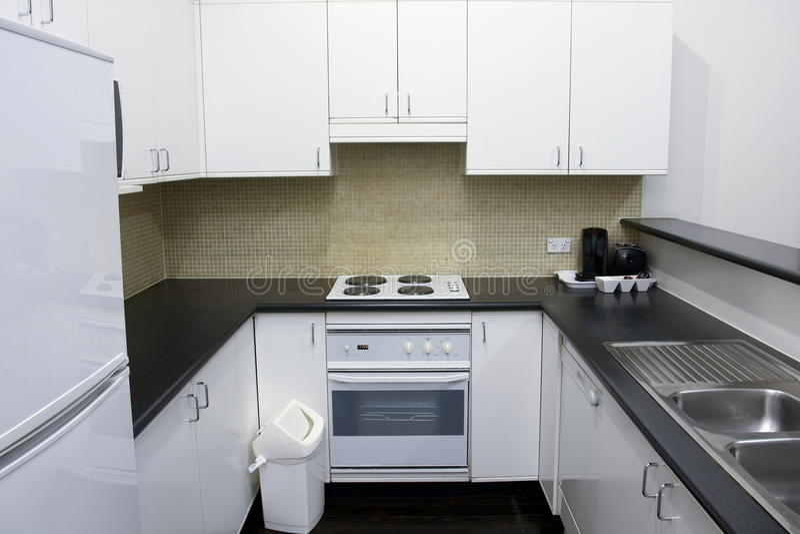 Nettoyez la zone de cuisine dans la chambre d'hôtel image libre de droits