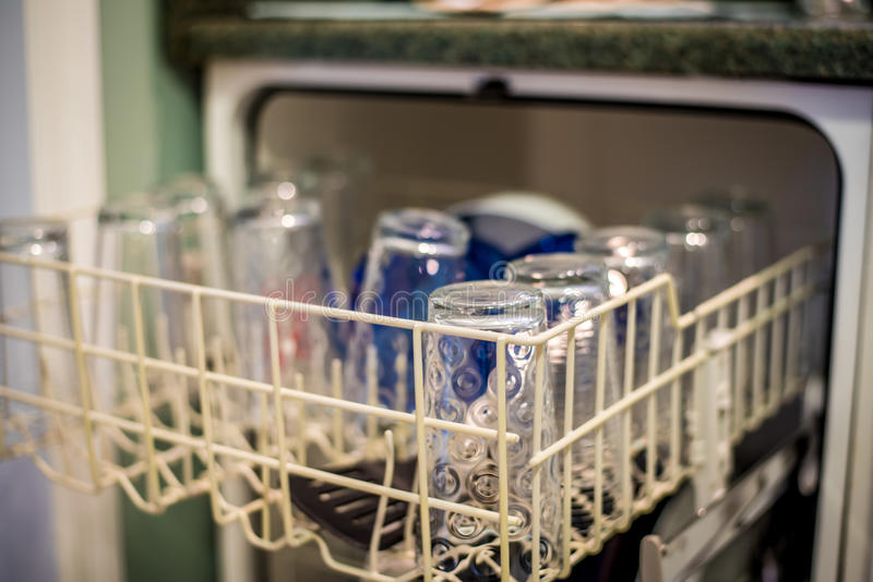 Nettoyez le Dishware dans le lave-vaisselle photos stock