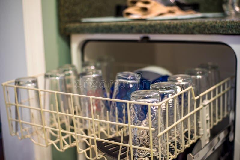 Nettoyez le Dishware dans le lave-vaisselle images stock