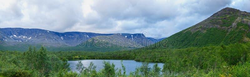 Nettoyez le lac au pied des montagnes de Khibiny, Kola Peninsula, images libres de droits