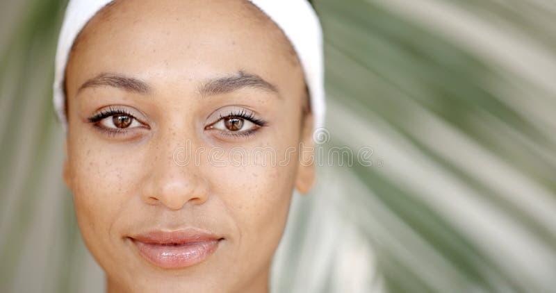 Nettoyez le visage d'une jeune femme images stock