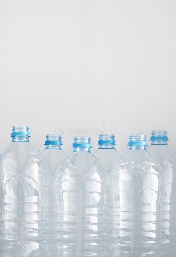 Nettoyez les bouteilles d'eau en plastique vides sur la table - réutilisation et stockage de nourriture photographie stock