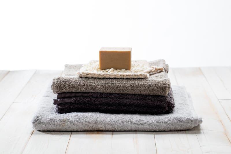Nettoyez les serviettes qui respecte l'environnement avec du savon solide simple, tir de studio photos libres de droits