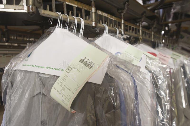 Nettoyez les vêtements sur le cintre dans la blanchisserie photo libre de droits