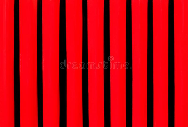 Nettraliewerk in de kap van uitstekende auto dichte omhooggaand Rode zwarte metaalachtergrond stock foto's