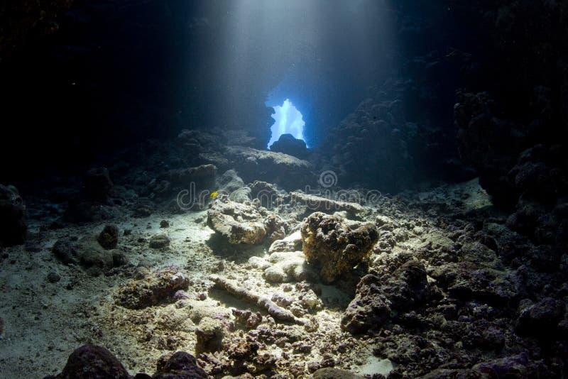 Netwerk Ð  van holen - in duikvluchtplaats Umm hararim stock foto's