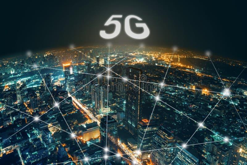 Netwerk en Verbindings de stadsachtergrond van de technologienacht op commercieel centrum Bangkok Thailand Draadloze horizonverbi royalty-vrije stock foto's