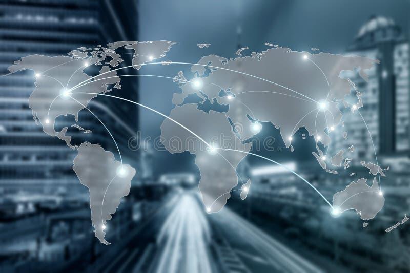 Netwerk en wereldkaart op het gebruik van de onduidelijk beeldstad voor wereldwijd partnerschap royalty-vrije stock afbeeldingen