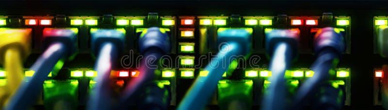 Netwerkkabels met een schakelaar, banner worden verbonden die stock fotografie