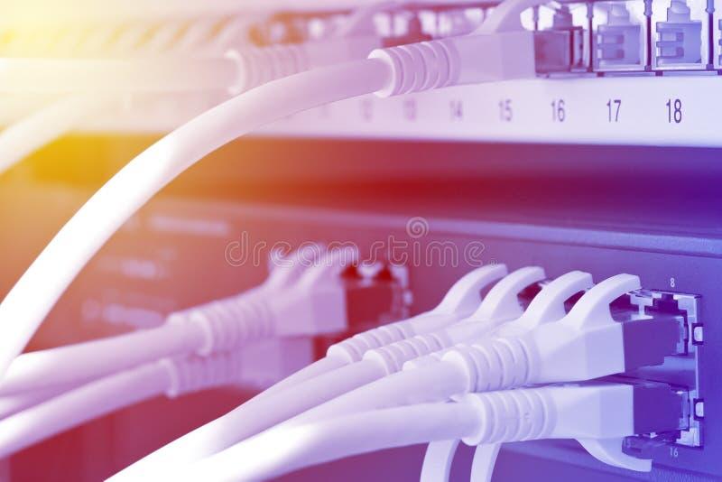 Netwerkkabels in van het netwerkschakelaar en flard doos in serverruimte stock afbeelding