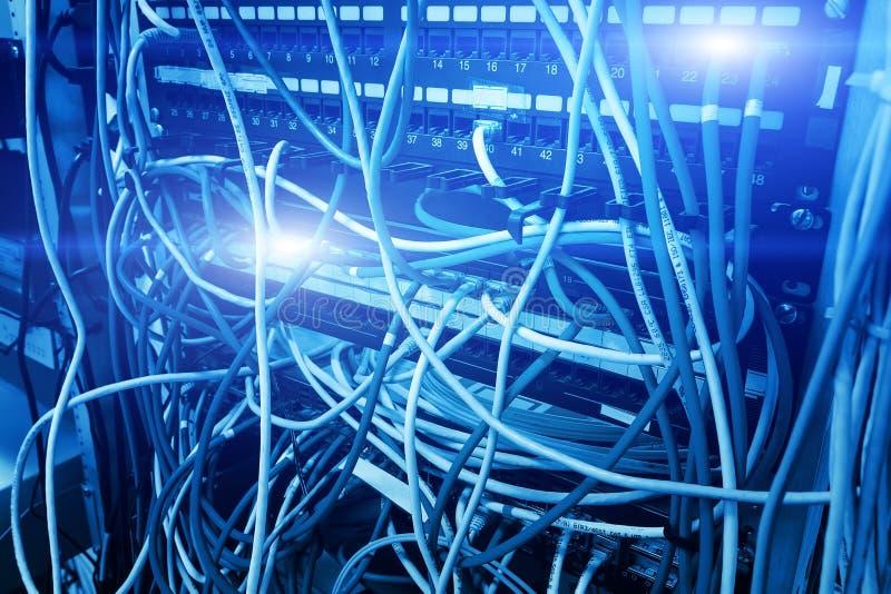 Netwerkpaneel, schakelaar en kabel in gegevenscentrum stock foto's