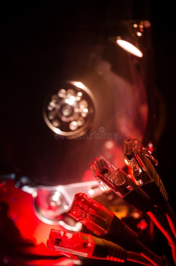 Netwerkschakelaar en ethernet kabels, symbool van globale mededelingen Gekleurde netwerkkabels op donkere achtergrond met lichten stock foto's