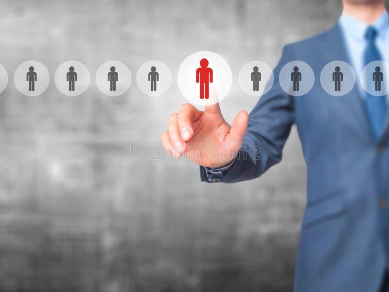 Networking i rekrutacja - biznesmen ręki odciskania guzik dalej zdjęcie stock