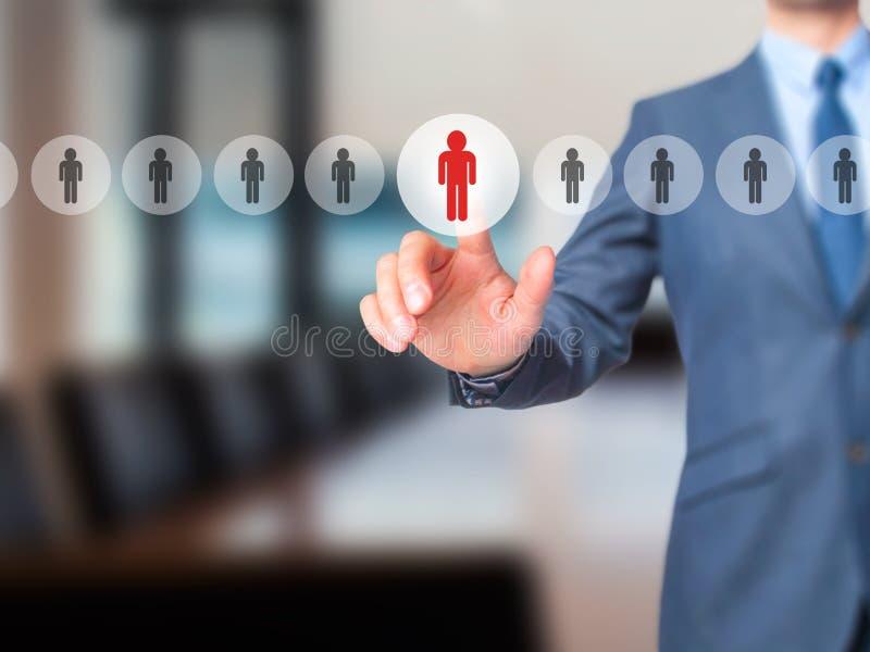 Networking i rekrutacja - biznesmen ręki odciskania guzik dalej obrazy royalty free