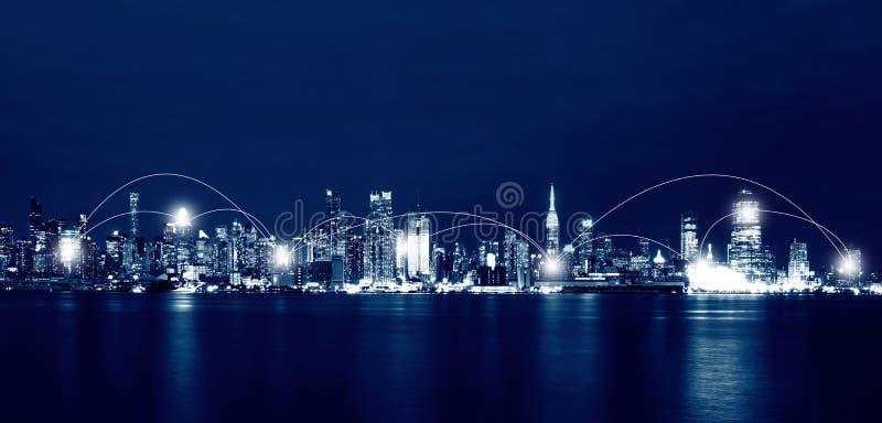 Netz-und Verbindungs-Technologie-Konzept von New York City Skyli stockbild