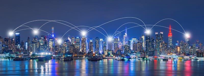Netz-und Verbindungs-Technologie-Konzept von Skylinen von New York lizenzfreie stockbilder