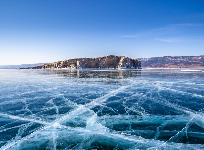Netz von Sprüngen in der starken festen Schicht Eis von einem gefrorenen Baikal See in Sibirien stockfoto