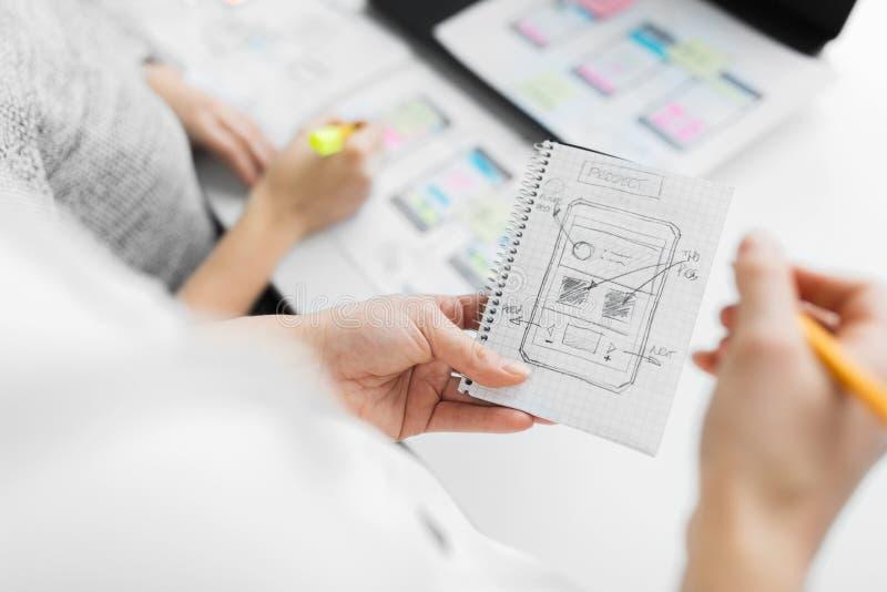 Netzdesigner, die an Benutzerschnittstellenprojekt arbeiten lizenzfreies stockfoto