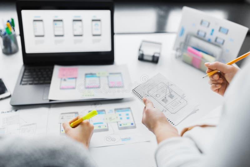 Netzdesigner, die an Benutzerschnittstellenprojekt arbeiten stockbilder
