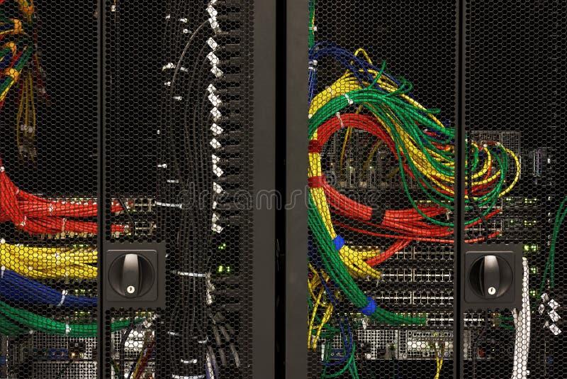 Netzkabel eines Servers lizenzfreies stockbild
