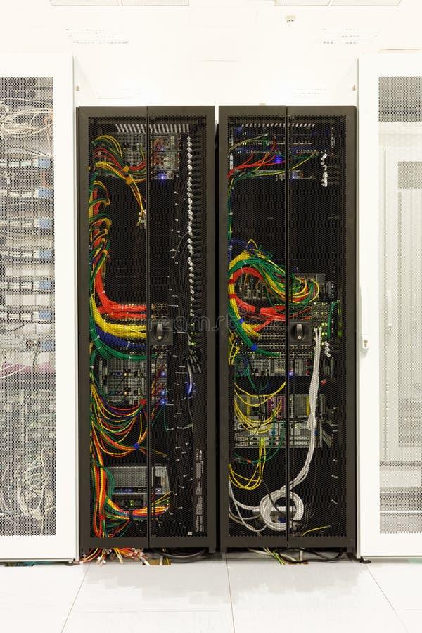 Netzkabel eines Servers stockbilder